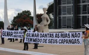 Ex-alunos da Universidade de Brasília protestam contra atuação de Gilmar Mendes na Corte do Supremo