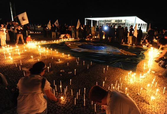 Com velas acesas, manifestantes protestam na Praça dos Três Poderes contra a postura Gilmar Mendes